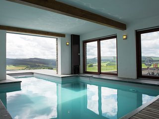 Spacious and well cared-for house with a panoramic view, sauna and a summer pool
