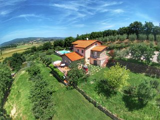 Luxurious Villa in Monte San Savino with Jacuzzi