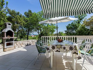 Nice apartment on the outskirts of Silo with spacious terrace and beach at 600m