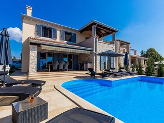 Gorgeous villa with private pool and  covered terrace. Sea view !