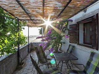 Nice holiday house 20m from the sea, charming terrace, tavern with BBQ, Wi Fi