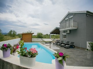 Modern holiday home in a quiet area, private pool, lovely roofed terrace, BBQ