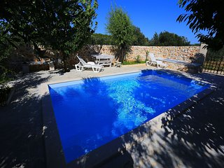 Authentic island house with beautiful garden, private pool, Jacuzzi, taverne