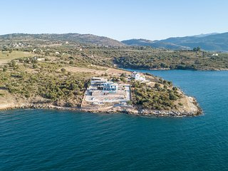 Apartment, directly on private beach, swimming pool + jacuzzi on Amvrakikos Bay