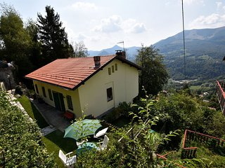 Single house with garden, terrace, short distance from lakes of Como and Lugano