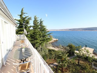 New spacious apartment direct on the beach, nice terrace with great sea view