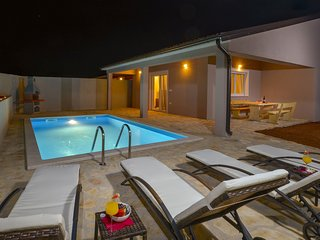 Cozy Holiday Home in Šorici with pool