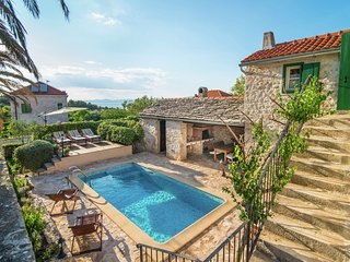 Authentic villa with pool on the island of Brac, 800 m from the beach