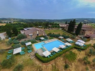 Rustic Tuscan hamlet with swimming pool, among the Chianti vineyards