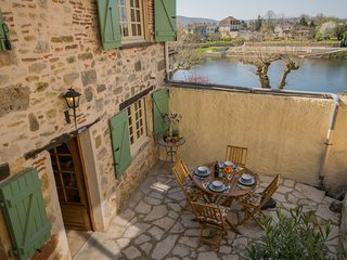 Authentic city house in the old centre of Puy L'Eveque, directly by the Lot.