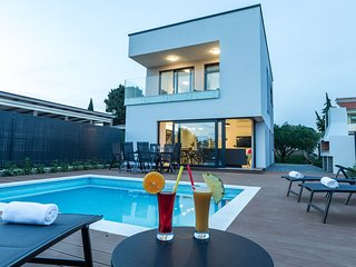 Luxury villa with private pool, great sea view, only 100m from the beach