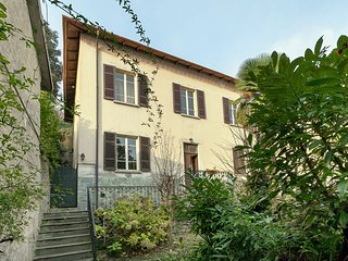 Independent house with equipped outdoor area, only 50 metres from the lake.