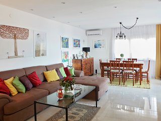 Cozy apartment with a balcony and a sea view, 5 minutes to the beach