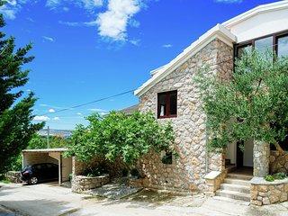 Spacious Apartment with Garden in Starigrad Croatia