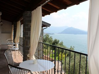 Large apartment with 2 bedrooms, 2 bathrooms and a balcony overlooking the lake