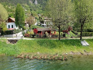 Idyllic cottage right next to the beautiful Lake Idro, with spacious garden
