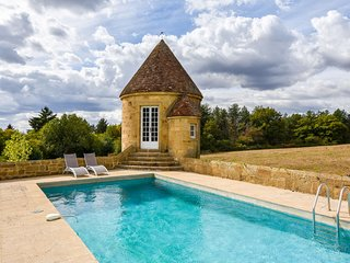 Gorgeous manor with private heated swimming pool, in the heart of an oak forest