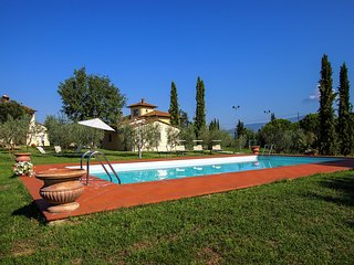 Villa with spacious garden, swimming pool, jacuzzi and tennis court, near Corton