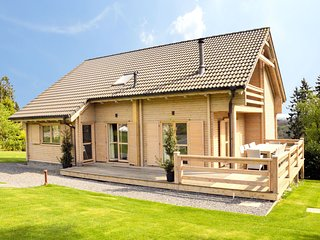 New, luxurious villa with sauna, Jacuzzi, recreation room and large enclosed gar