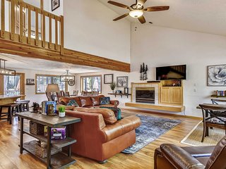 North End Home w/ Free WiFi, Private Hot Tub & Near Sunriver Marketplace