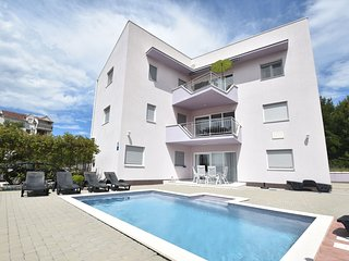 Nice apartment with shared swimming pool only 500m from the beach and 4km from T
