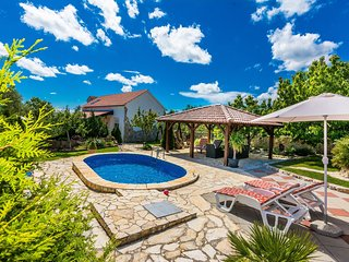 Lovely holiday home with beautiful garden, private pool, jacuzzi, terrace, BBQ