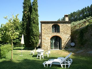 Detached, cozy cottage in vineyard with swimming pool and views over Tuscany