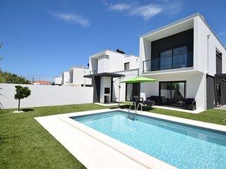 Modern house with private pool near the charming São Martinho