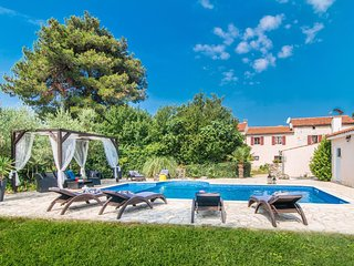 Beautiful villa for 10 persons in a quiet area with private pool, beach at 10 km