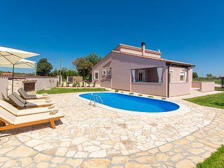 Peaceful Villa in Loborika with Swimming Pool