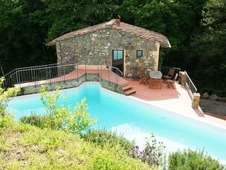 Small but beautiful, this delightful 'nest' with pool in the Tuscan hills
