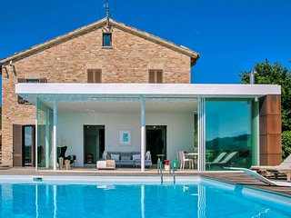 Villa with beautiful veranda, private swimming pool, beautiful view, near Urbani
