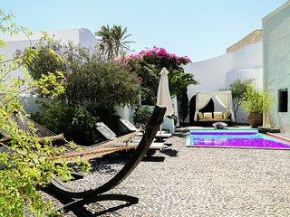 Unique villa, stone's throw cosy village Megalochori, tranquillity and space.