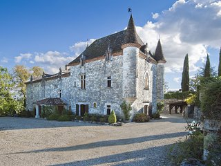 Stylish castle in Saint-Caprais-de-Lerm wih private pool