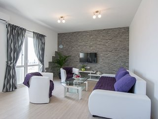 Modern, bright and spacious sea view apartment, short walk to the beaches