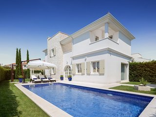 Luxury villa with private swimming pool and free access to Lanterna beach