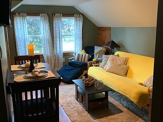Cozy upstairs sanctuary near highway & finger lakes & in lovely neighborhood