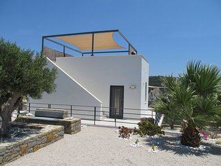 Villa in cyclade style with air conditioning and panoramic roof, very private