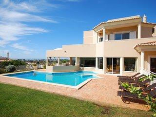 Lavish Villa in Albufeira with Private Swimming Pool