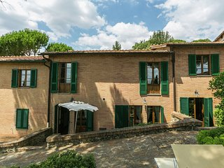 Holiday home 5 km from Sienna in the hills, swimming pool and garden