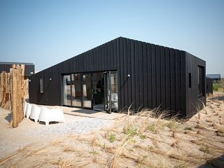 Modern lodge with two bathrooms, 100 m. from the beach
