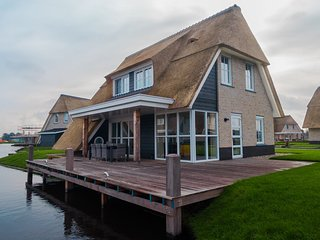 Beautiful, thatched villa with a sauna at the Tjeukemeer