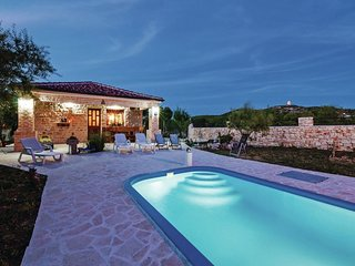 Authentic stone house with private pool, nice roofed terrace, BBQ, high privacy