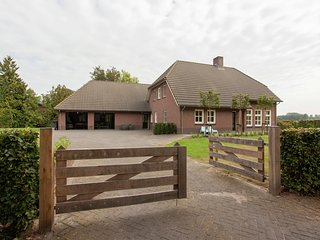 Luxurious holiday home in the middle of the Leenderbos nature reserve, near quie