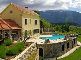 Charming villa with great mountains view, 80m private pool, 6 en suite bedrooms