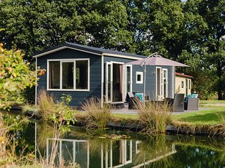 Comfortable chalet with a dishwasher, directly on a pond