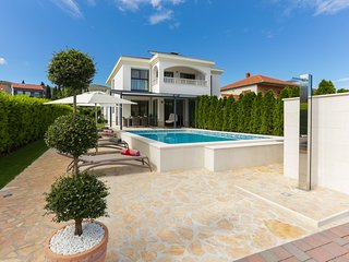 Luxurious villa with heatable private pool, spacious welness area, fenced garden