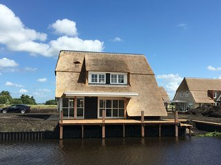 Beautiful, thatched villa directly at the Tjeukemeer