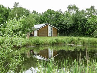 Holiday bungalow with sauna, located on a pond in Hoge Hexel.
