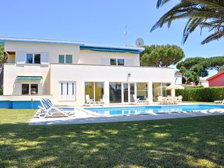 Spacious Villa in Vilamoura with Barbecue